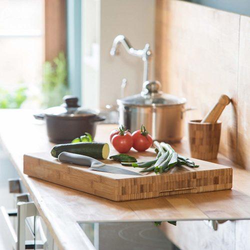 tabla de cortar de bambú con alimentos